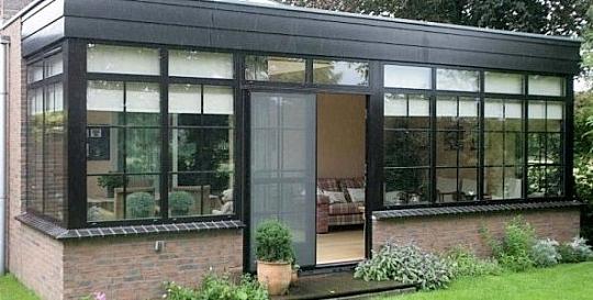 Aanbouw Keuken In Hout : een uitbouw van de woonkamer met dakvensters en openslaande deuren: