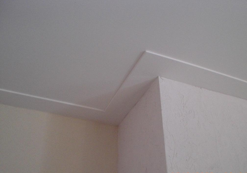Plafond plinten plaatsen